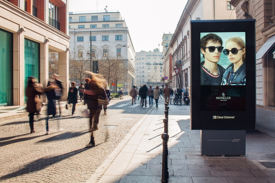 Digital totem and fashion advertising